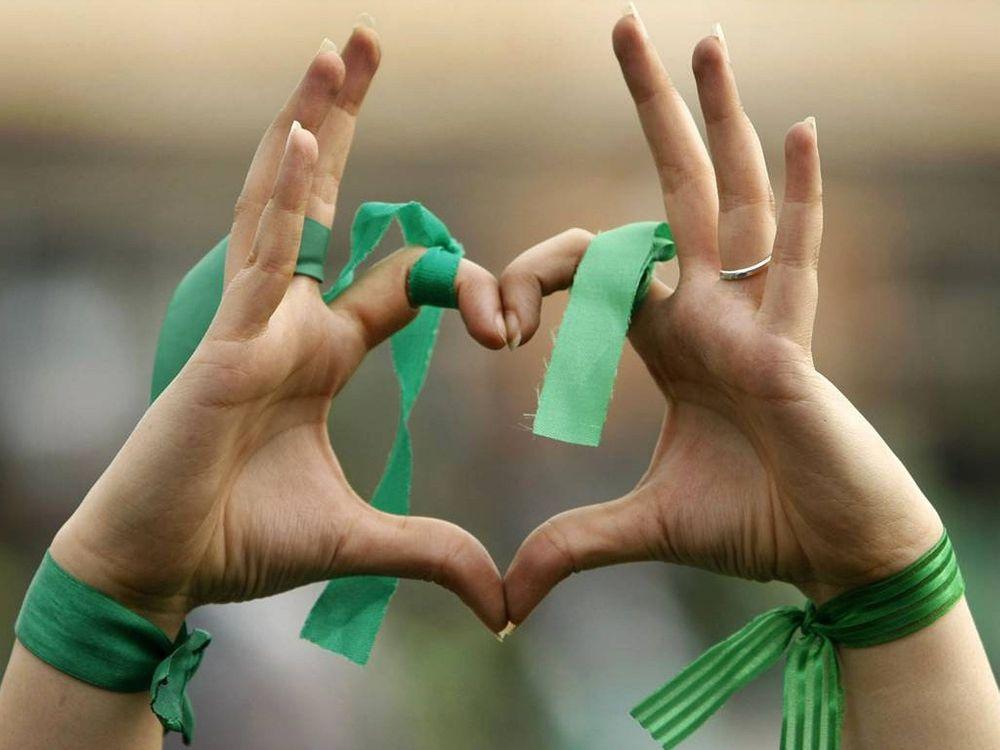 Фото бесплатно руки, символ, сердце, ленточка, кольцо, пальцы, ногти, маникюр, разное, разное