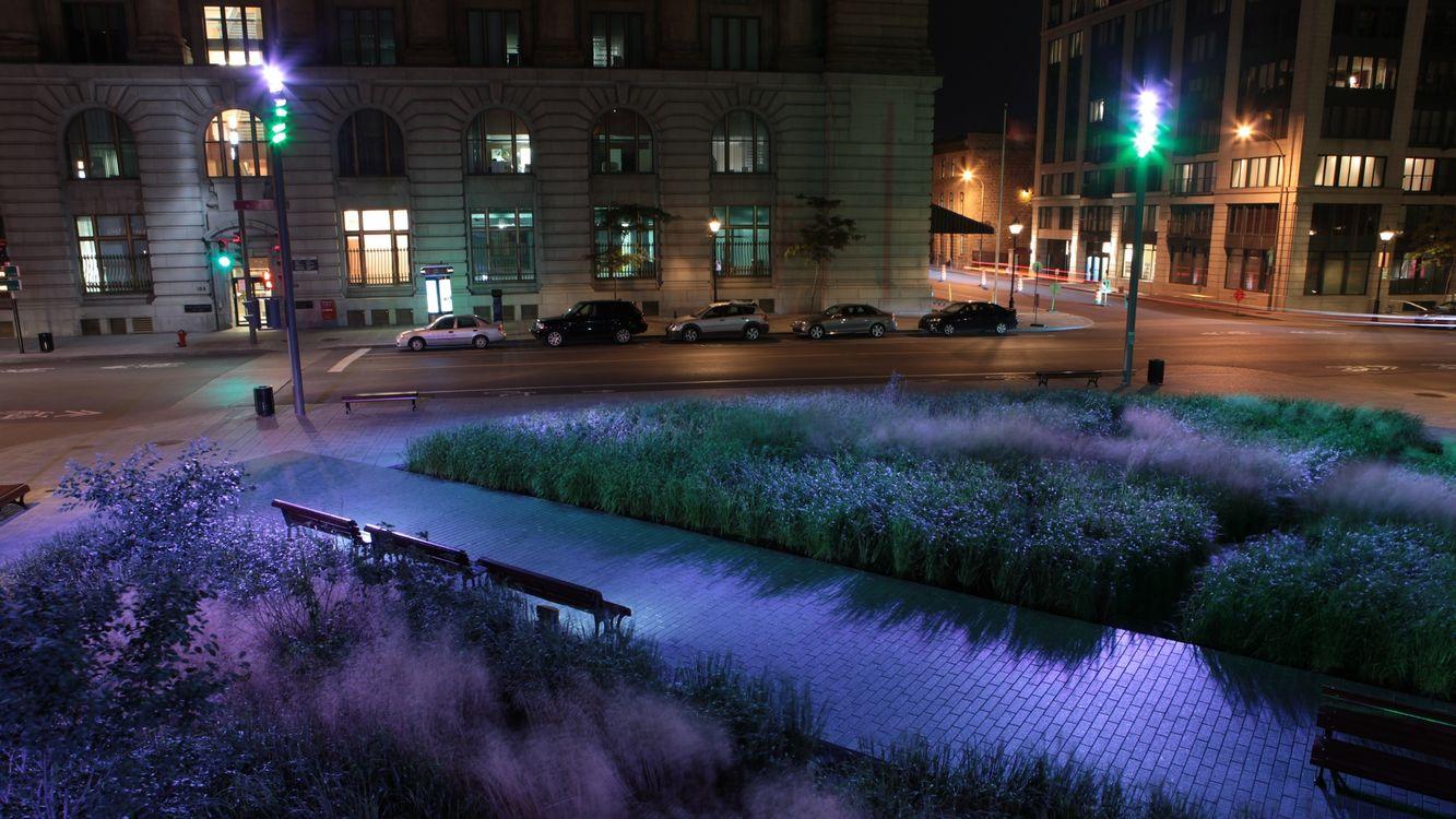 Фото бесплатно улица, дорога, квартал, ночь, фонарь, здание, трава, скамейки, плитка, город, машины, машины