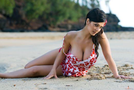 Фото бесплатно дівчина, пляж, лежить