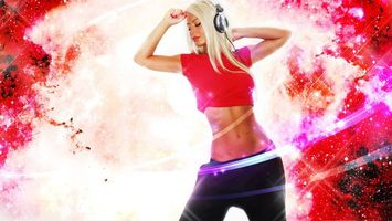 Бесплатные фото девушка,блондинка,наушники,красная,футболка,музыка