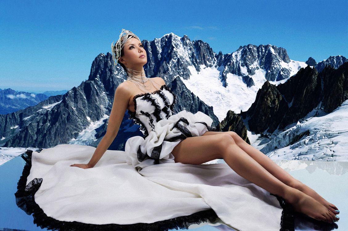 Фото бесплатно девушка, китаянка, волосы, прическа, платье, ноги, руки, глаза, горы, девушки, девушки