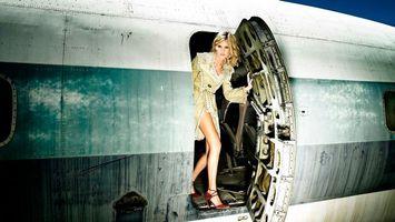 Бесплатные фото девушка,волосы,прическа,платье,плащ,самолет,дверь