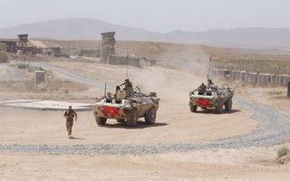Бесплатные фото дорога,бтр,военные,солдаты,база,вышки