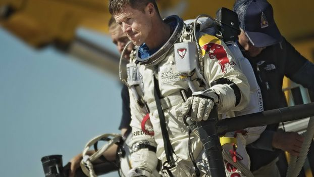 Фото бесплатно феликс баумгартнер, парашютист, прыжок из космоса, скафандр, подготовка, рекорд, мужчины