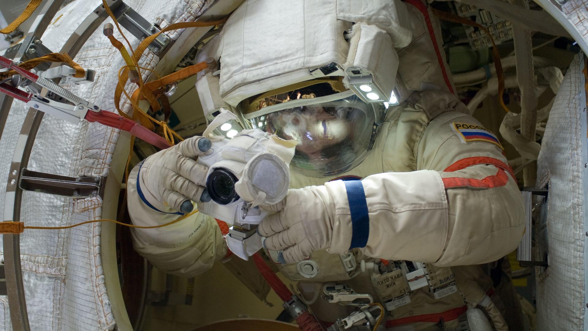космонавт, скафандр, перчатки