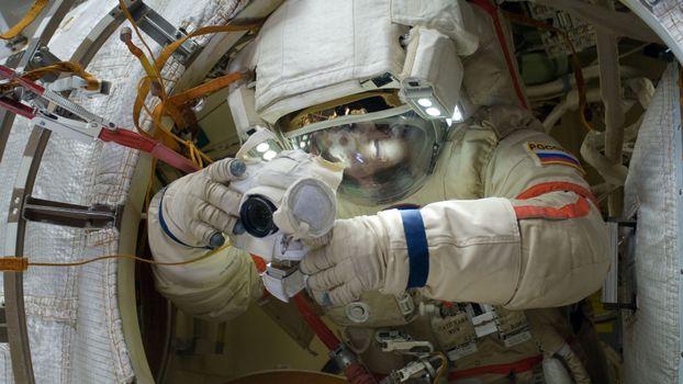 Бесплатные фото космонавт,скафандр,перчатки,прибор,руки,камера,космос
