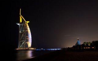 Обои небо, черное, ночь, вечер, здание, отель, арабские эмираты, море, океан, тучи, пальмы, деревья