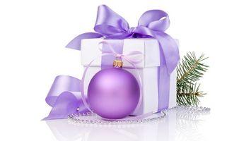 Бесплатные фото новогодняя, игрушка, шар, сиреневый, коробка, подарок, лента