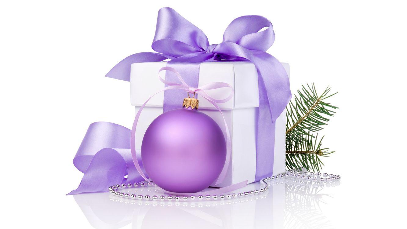 Фото бесплатно новогодняя, игрушка, шар, сиреневый, коробка, подарок, лента, веточка, бусы, новый год, новый год