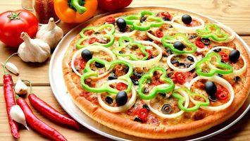 Обои пицца, лук, перец, тесто, основа, тарелка, чили, чеснок, маслины, оливки, помидоры, еда