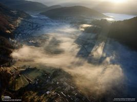 Бесплатные фото туман,national geographic,город,дома,лучи,холмы,горы