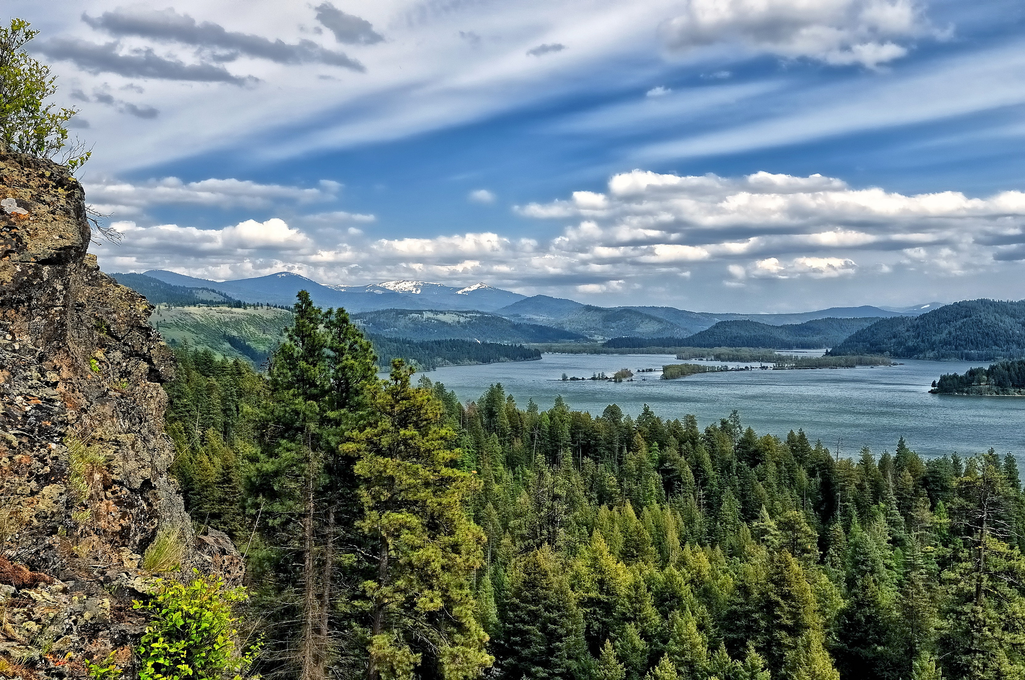 Скалы река облака небо лес без смс