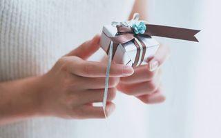 Бесплатные фото подарок,лента,руки,маникюр,ногти,девушка,свет