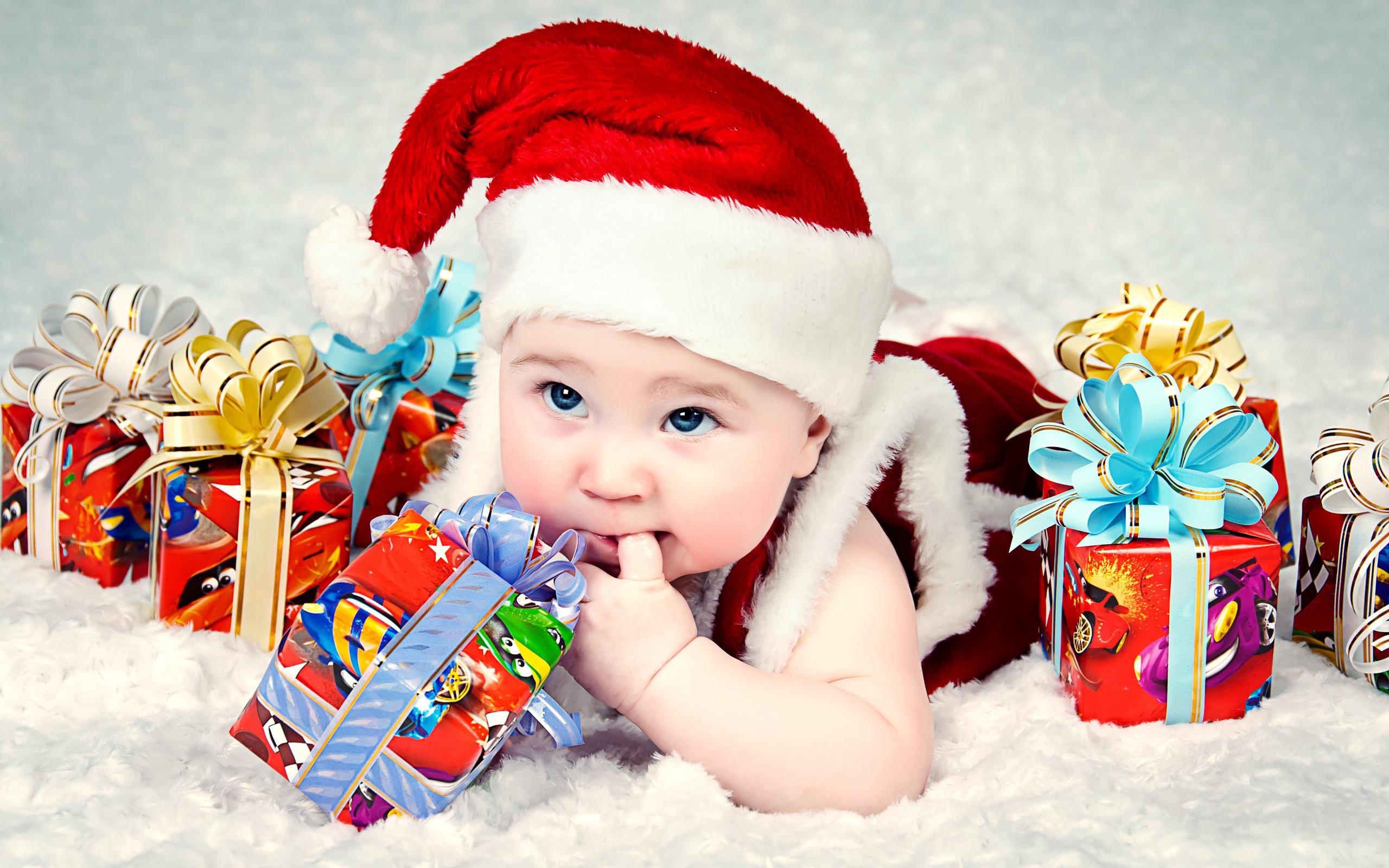 Скачать фото ребёнок, костюм, колпак, голубоглазый, коробки, подарки