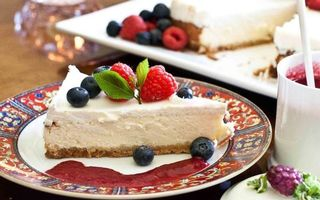 Обои десерт, тарелка, запеканка, варенье, ягода, мята, еда