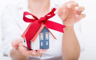 Бесплатные фото подарок,домик,подарочная,ленточка,девушка,руки,макро