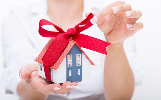 Фото бесплатно подарок, домик, подарочная, ленточка, девушка, руки, макро, минимальзм, разное