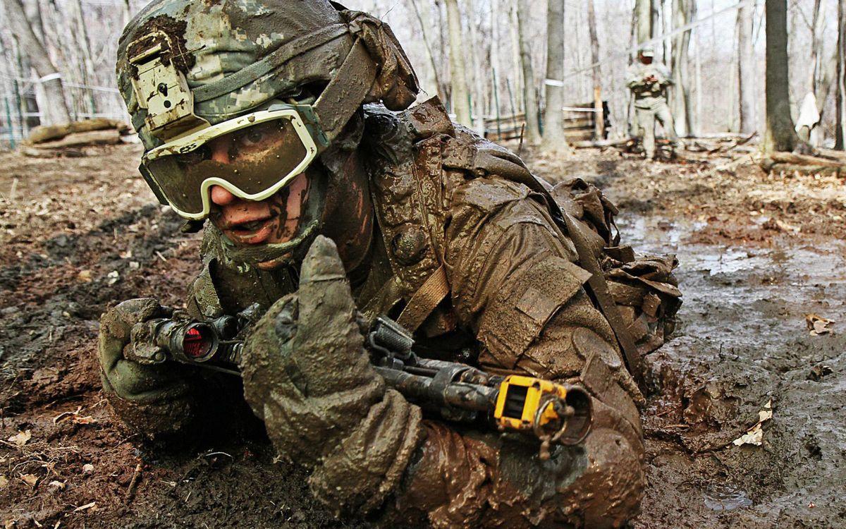 Фото бесплатно солдат, война, шлем, каска, форма, оружие, автомат, очки, воин, грязь, человек, лужа, деревья, лес, мужчины, мужчины