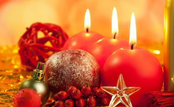 Бесплатные фото свечи,стол,огонь,фитиль,ягоды,украшение,свет,звезда,шарик,елочный,абстракции,новый год