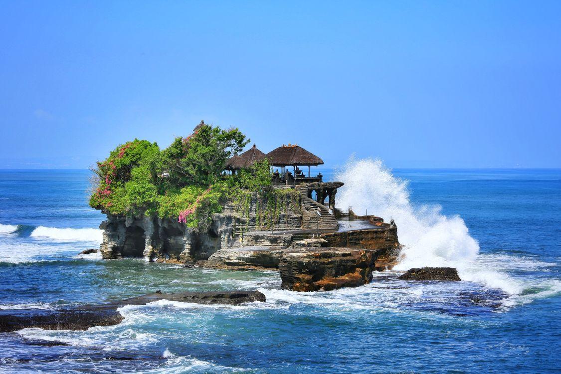 Обои Tanah lot, Bali, море, скалы, остров, волны, пейзаж на телефон | картинки пейзажи