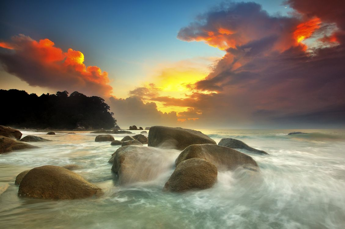 Фото бесплатно закат, солнце, тучи, облака, океан, берег, камни, валуны, волны, брызги, пейзажи, пейзажи