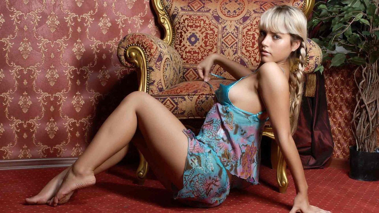 Фото бесплатно блондинка, косы, пижама, плечи, грудь, ноги, кресло, девушки, девушки
