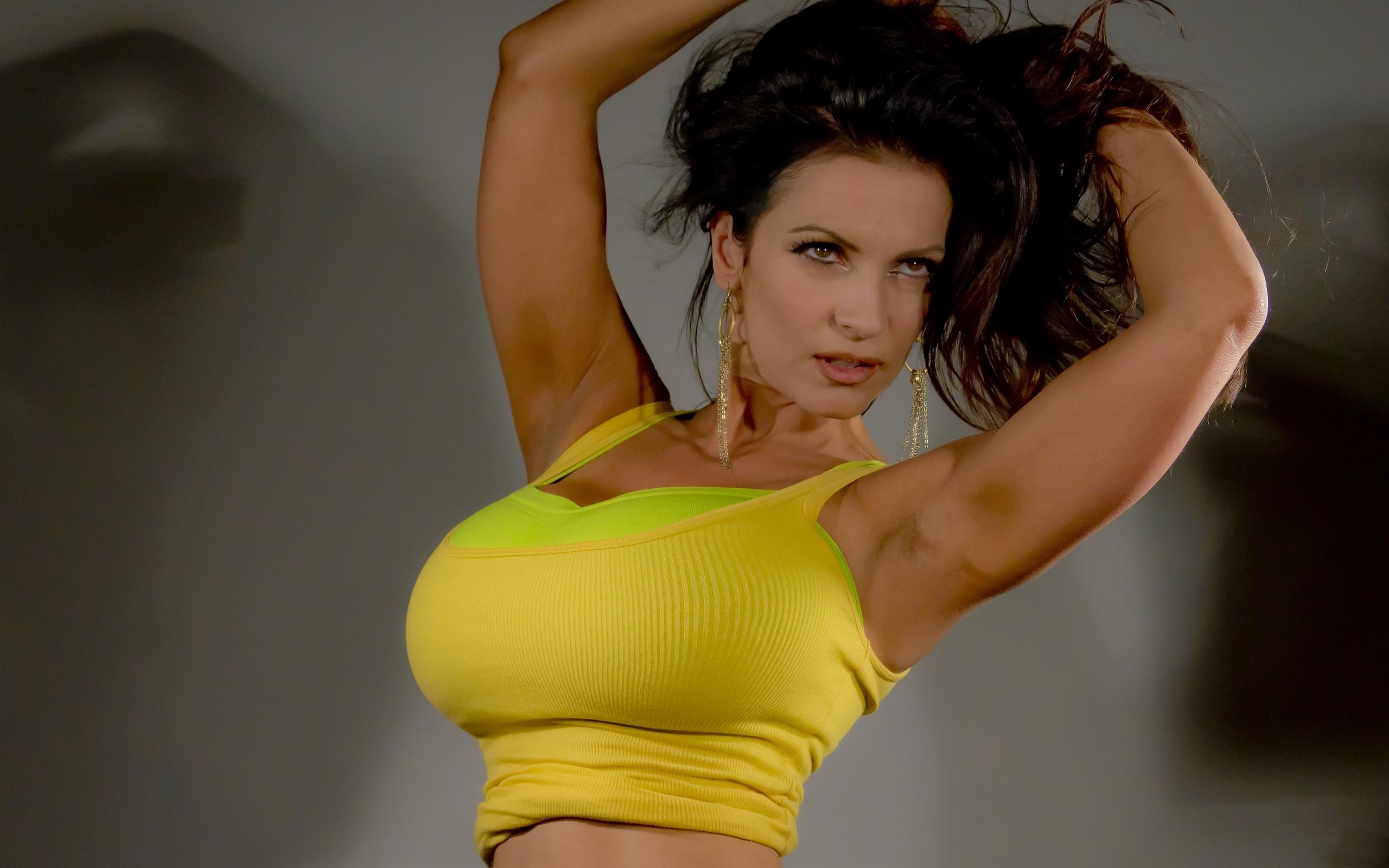 Девушка в желтом платье с большими сиськами видео, порно с бритой пиздой видео