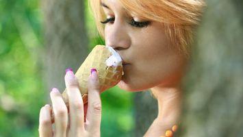 Фото бесплатно девушка, целует, мороженое