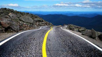 Фото бесплатно дорога, разметка, полоса, желтая, белая, небо, облака, горы, камни, скалы, даль, пейзажи, природа