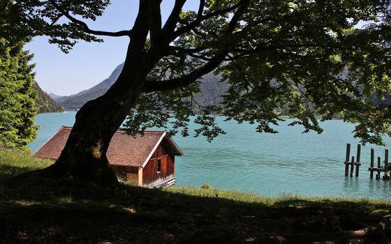 Бесплатные фото горы,озеро,домик,сваи,деревья,трава,пейзажи