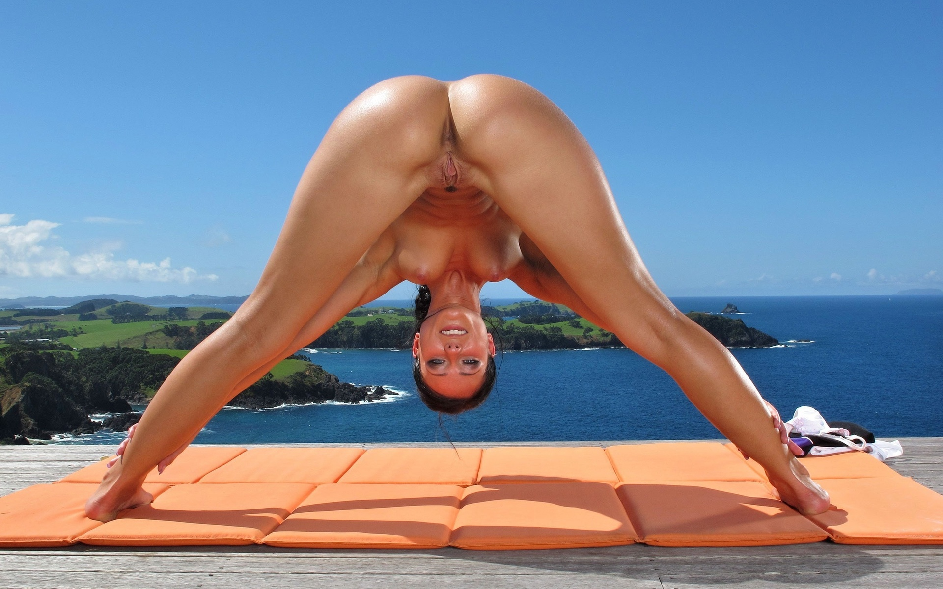 Видео гимнастика с сильным сексом на пляже
