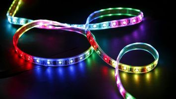 Фото бесплатно лента, светодиодная, разноцветная, свет, отражение, поверхность, разное