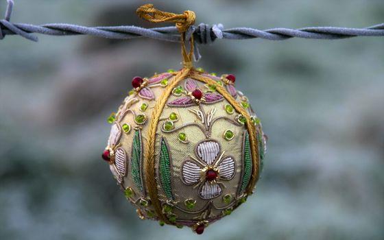 Бесплатные фото шарик,новогодний,елочный,украшение,висит,нитка,елка,цветок,бисер,новый год,настроения,праздники
