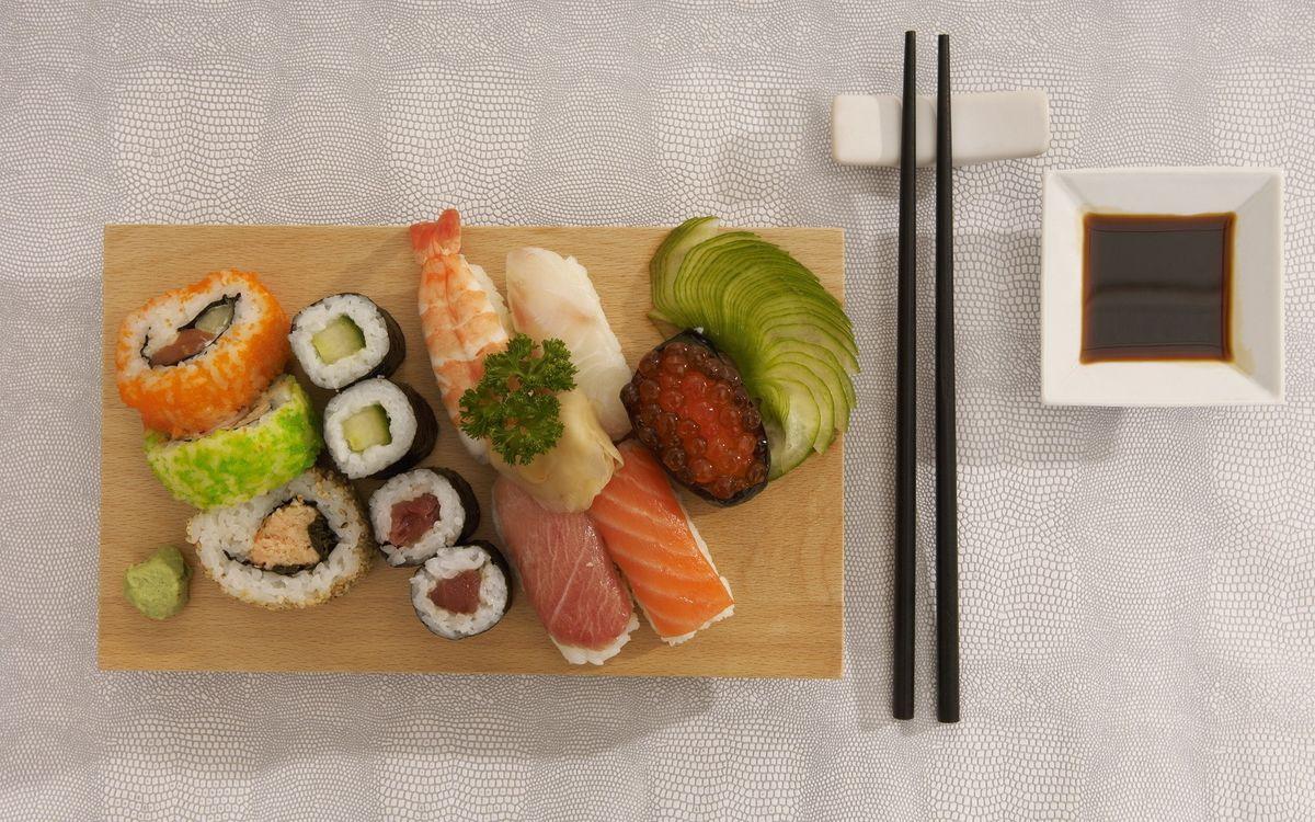 Фото бесплатно суши, рыба, доска, досточка, соус, соевый, палочки, тарелка, икра, филе, еда, еда