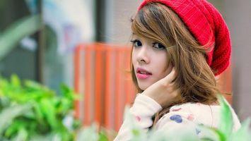 Фото бесплатно девочка, красная шапка, сидит