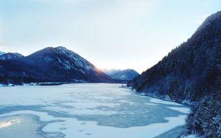 Фото бесплатно озеро, горы, зима, снег, лед