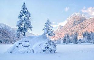 Бесплатные фото зима,озеро,горы,деревья,домик,пейзаж
