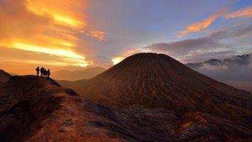Фото бесплатно вулкан, подножье вулкана, люди