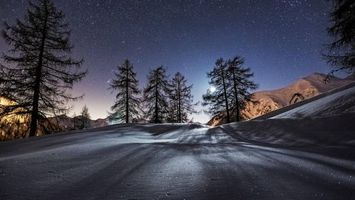 Фото бесплатно ночь, зима, горы, снег, деревья, небо, звезды, луна