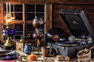 Фото бесплатно паимфон, лампа, кружки, кофе, окно, роза, натюрморт