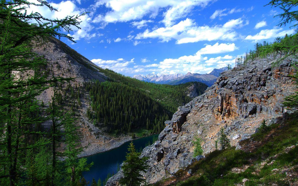 Фото бесплатно горы, скалы, камни, трава, деревья, река, небо, облака, природа - скачать на рабочий стол