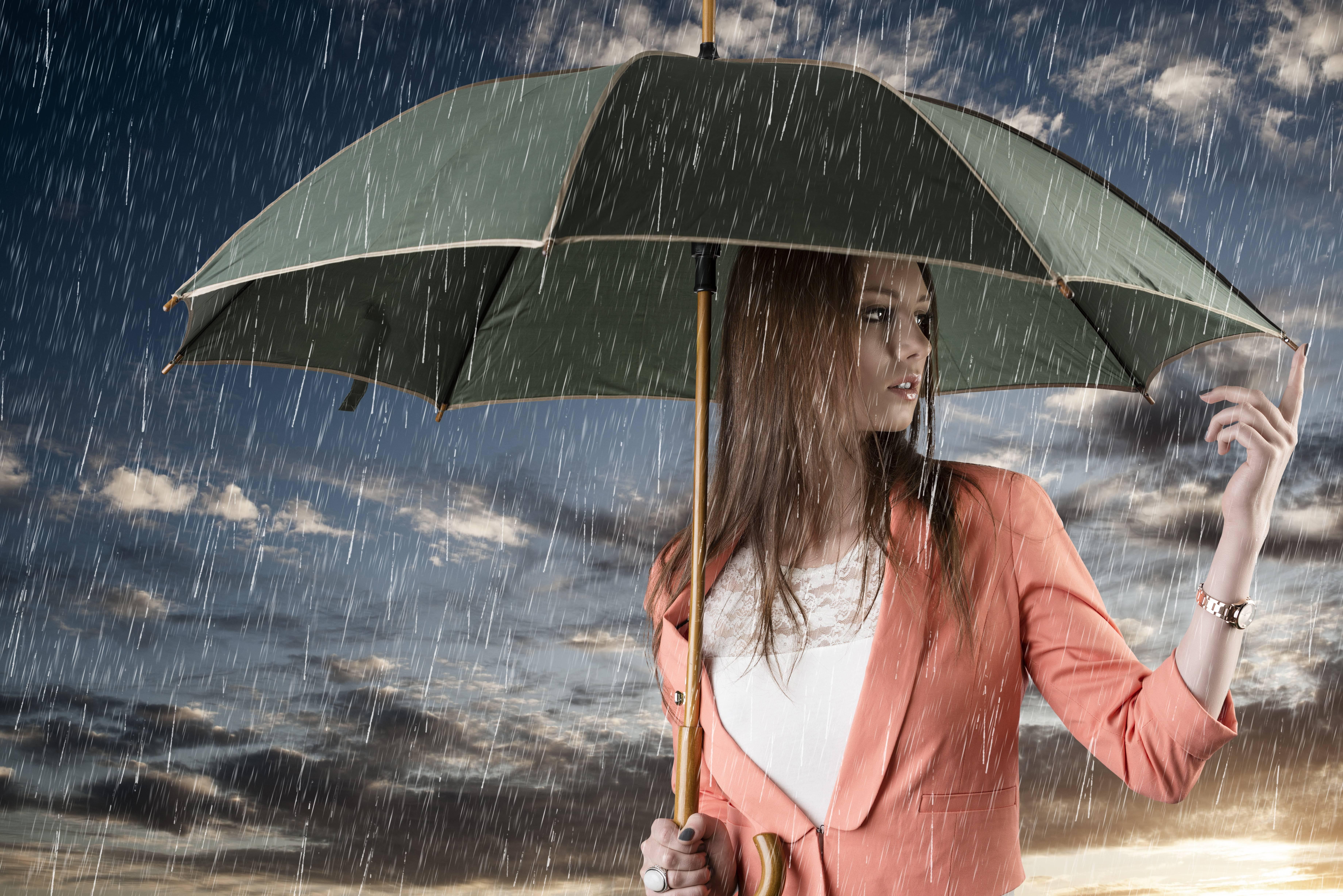 С зонтиком в лесу  № 3394143 без смс