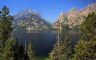 Фото бесплатно деревья, озеро, горы, скалы, небо