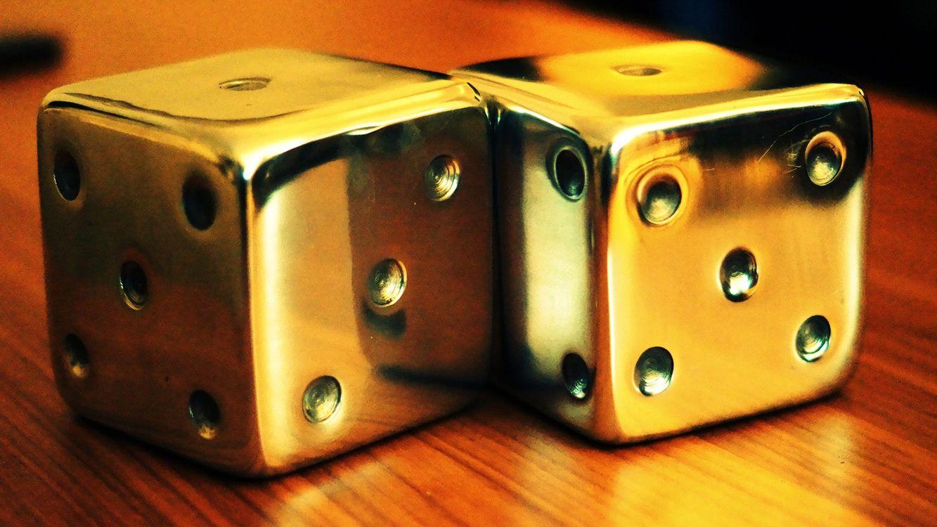 Фото бесплатно кубики, кости, квадратики, цифры, точки, кружочки, стол, партия, игры, игры