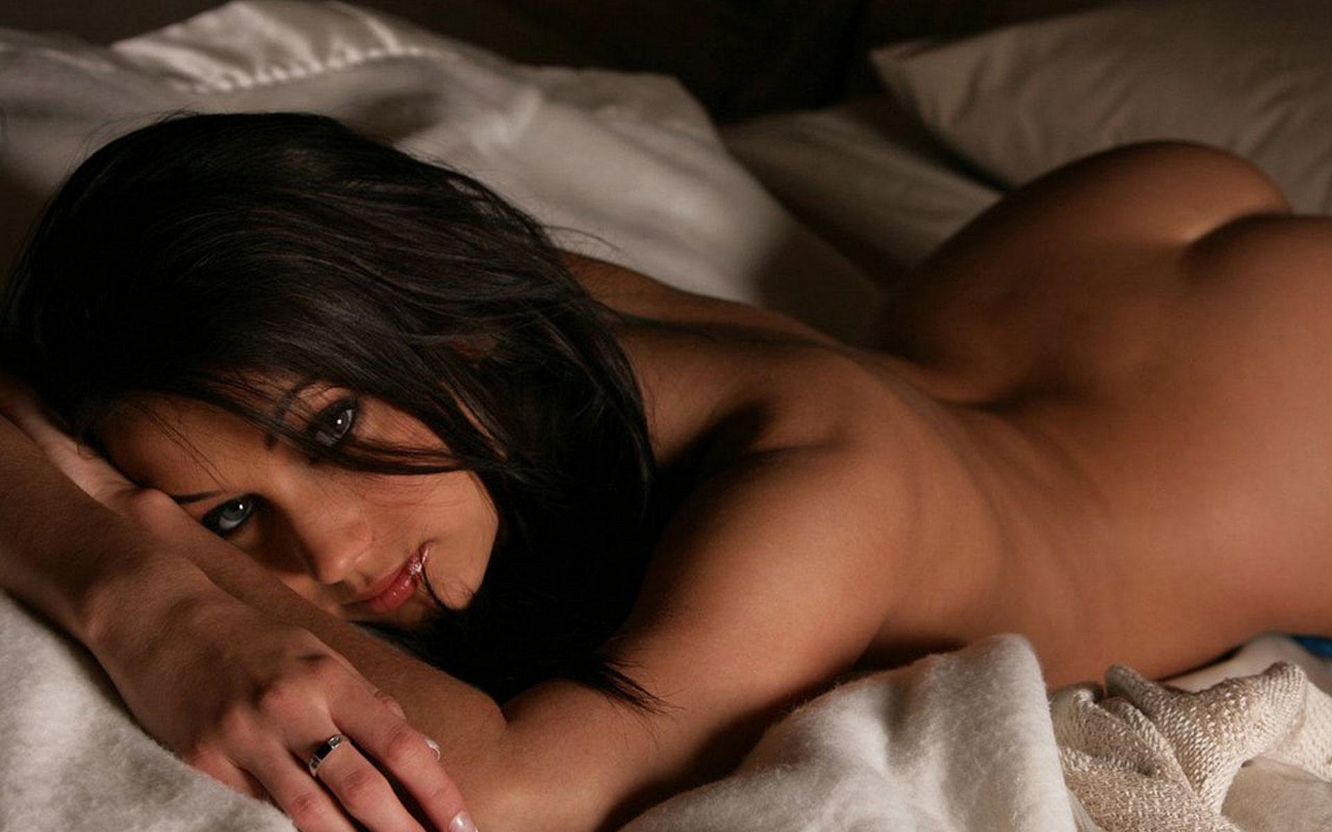 голые развратные брюнетки в постели