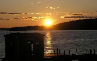 Фото бесплатно солнце, небо, облака, лес, деревья, дом, хижина, море, озеро, вода, волны, причал, пейзажи
