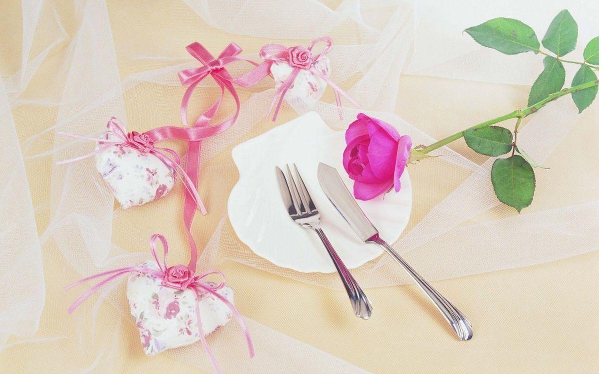 Фото бесплатно тарелка, роза, лепестки, шипы, стебель, листья, бантики, сердечки, фатин, ткань, нож, вилка, цветы, цветы