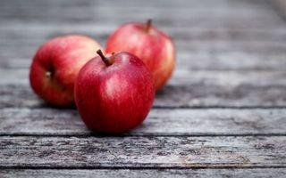 Бесплатные фото яблоки,на столе,деревня,красные,три яблока,еда,разное