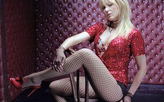 Бесплатные фото блондинка,глаза,губы,колготки,туфли,руки,девушки