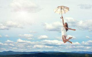 Фото бесплатно девушка, полет, высота, небо, облака, горизонт, деревья, ноги, девушки, ситуации